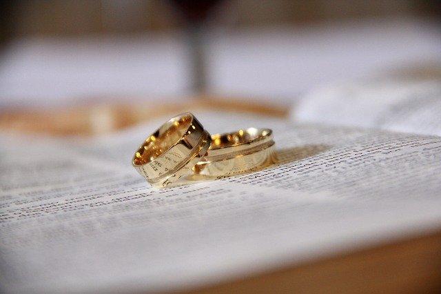 Alliances martelées: l'intérêt de choisir un bijoutier créateur